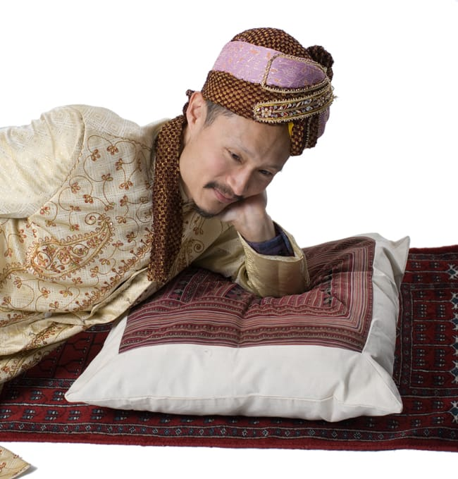 美術品クラスのモン族刺繍のクッションカバー[一点もの] 11 - サイズ比較のためインドパパが寝てみました。枕として十分過ぎる大きさです。バッチリリラックス出来そうです。