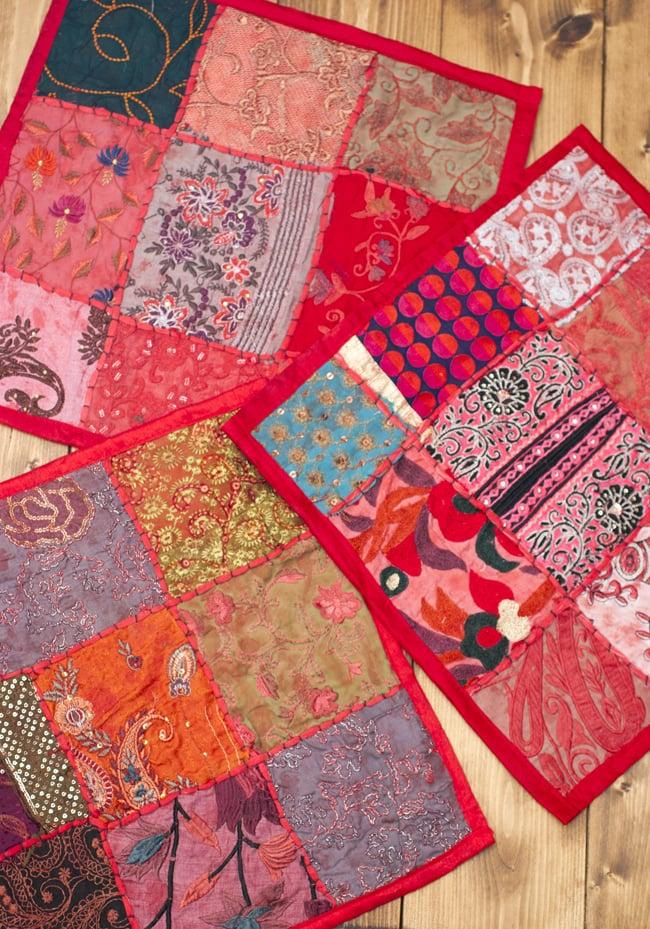 〔アソート〕ラジャスタン刺繍のクッションカバー - 赤 7 - デザインパターンは一点ごとに異なります。アソートでのお届けとなり、柄のご指定は頂けませんのでご了承ください。