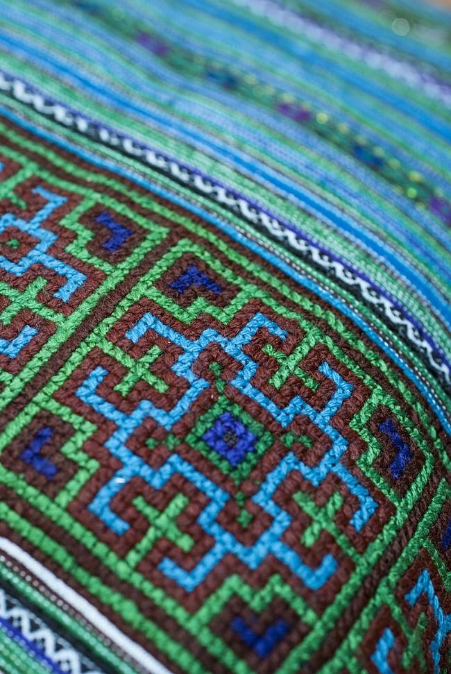 モン族刺繍の高級クッションカバー - 青 [クッション同梱品] 3 - 細やかな仕事が見て取れます。