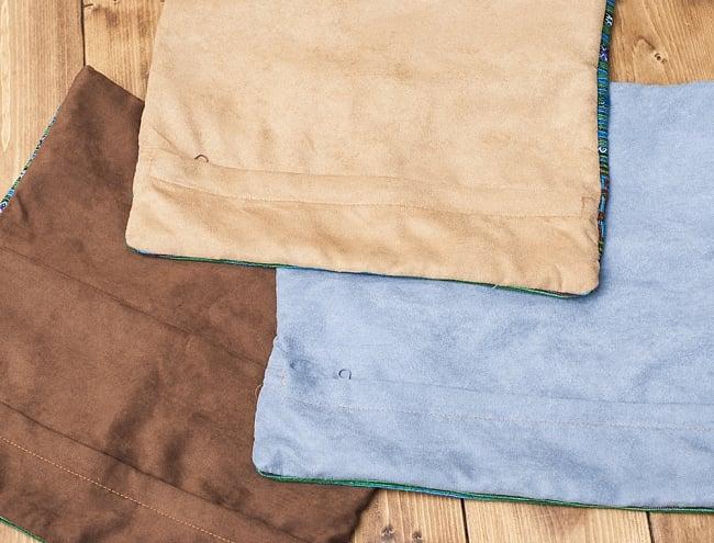 モン族刺繍の高級クッションカバー - 青 [クッション同梱品] 7 - 裏面の様子です。起毛感のあるしっとりとした手触りの布が使用されています。色味は1点ずつ異なるため、こちらは完全なアソートでのお届けとなります。