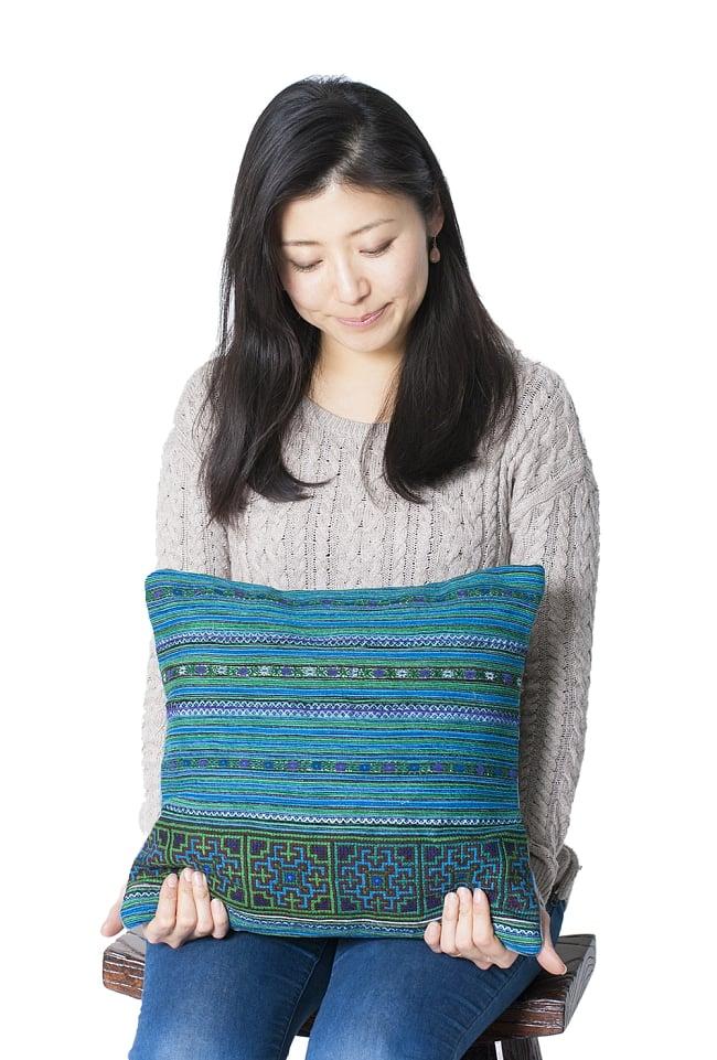 モン族刺繍の高級クッションカバー - 青 [クッション同梱品] 9 - 手頃で使いやすいサイズです。