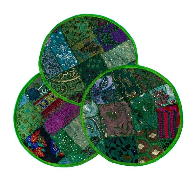 【ラジャスタン刺繍】クッションカバー - 黄緑系アソートの写真7 - パッチワーク商品ですので、写真のように1点1点柄が異なります。予めご了承くださいませ