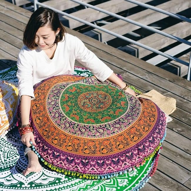 特大サイズ!マンダラ丸型クッションカバー【約105cm】 10 - 類似サイズの同ジャンル品使用例です。とにかく大きく包み込まれるようなクッションカバーです。