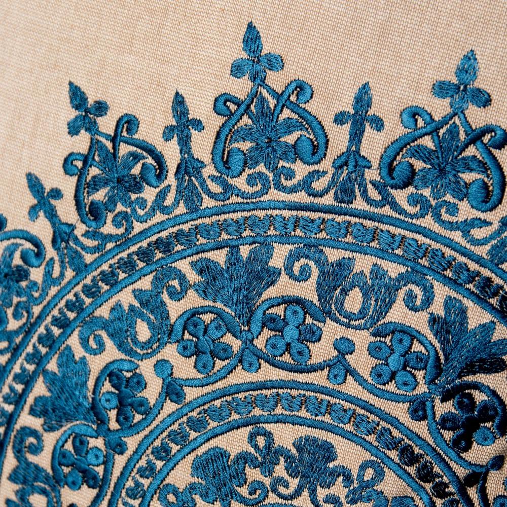 ナチュラルカラーのマンダラ刺繍クッションカバー 2 - 細かい刺繍が美しいです。