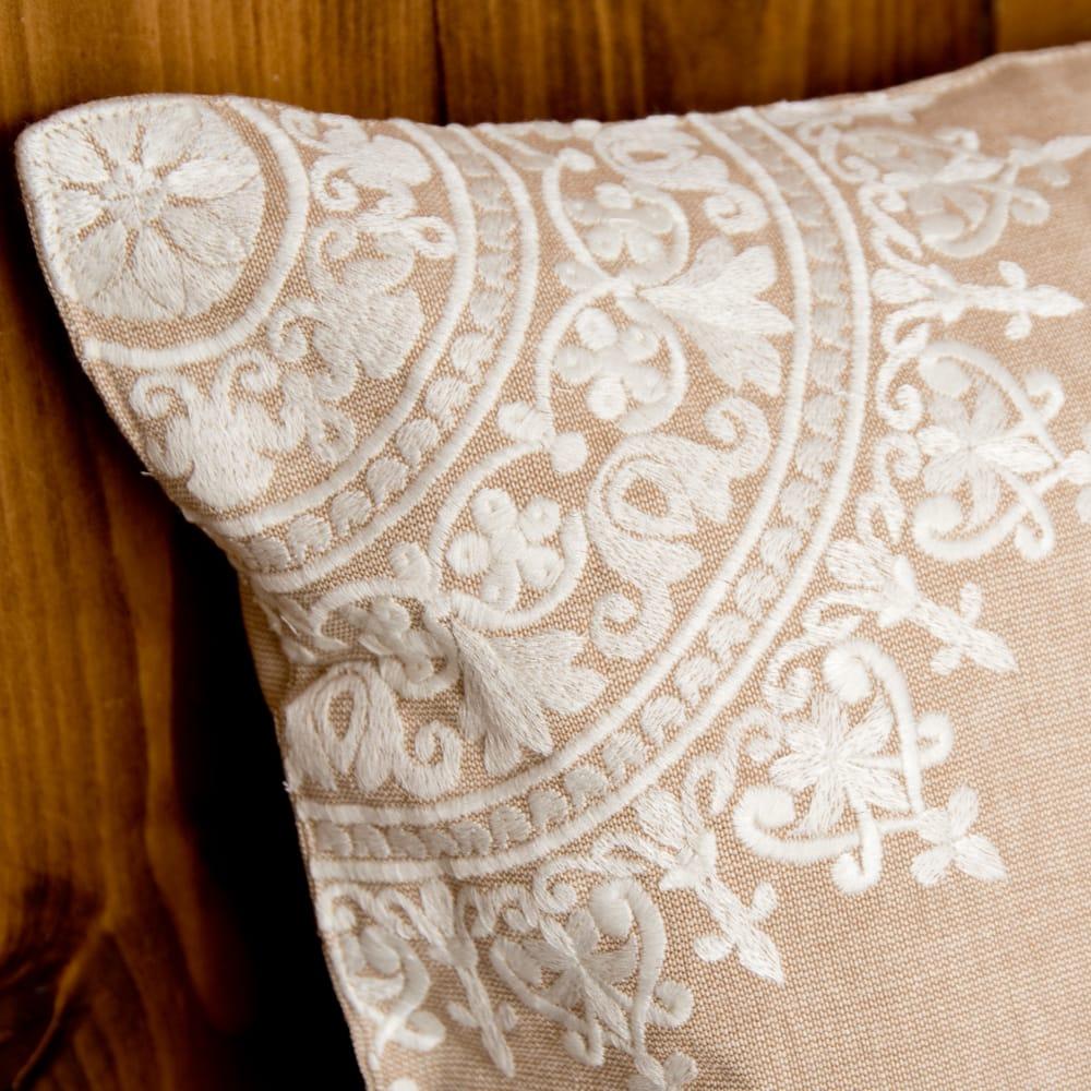 ナチュラルカラーのマンダラ刺繍クッションカバー 3 - 細部まで刺繍が施されています。