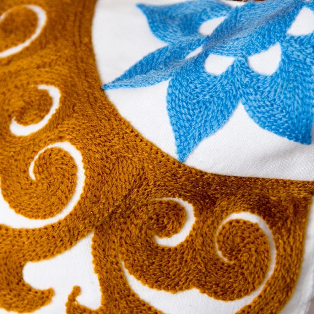 カラフルフラワー刺繍のコットンクッションカバー 3 - 細部まで刺繍が施されています。