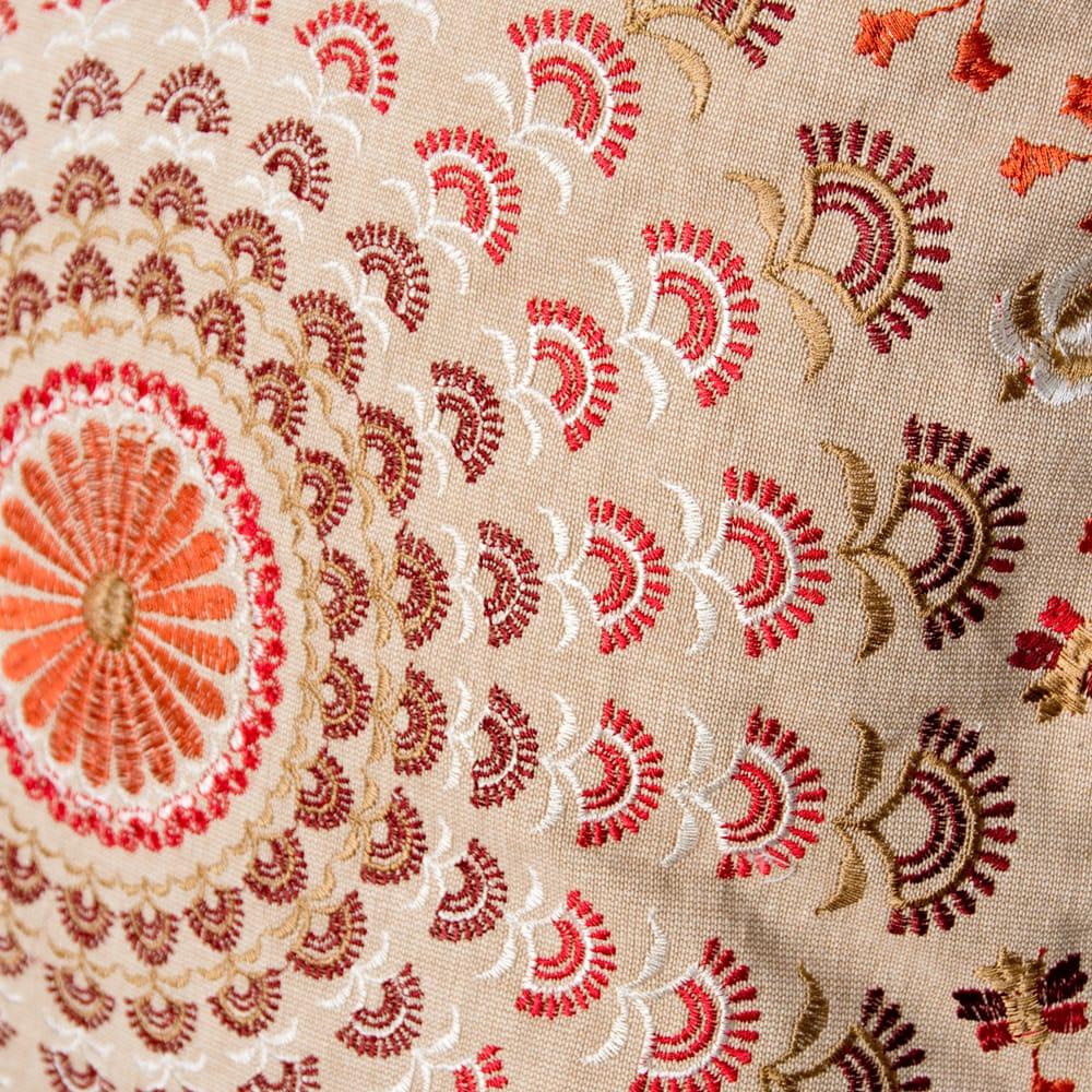 サンドベージュのマンダラクッションカバー 3 - 細部まで刺繍が施されています。