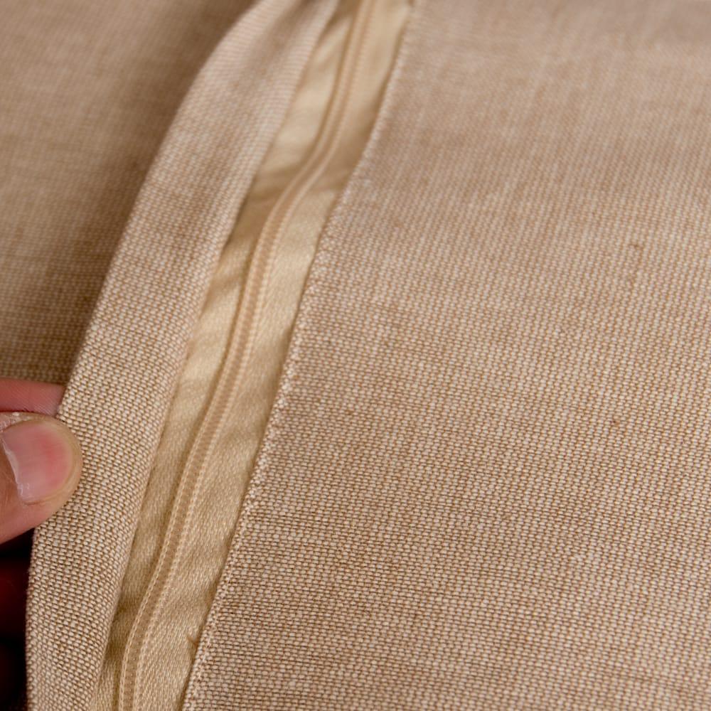 サンドベージュのマンダラクッションカバー 5 - 裏面はこの様になっていて、ジップなので中のフィラーも取り出しやすいです。