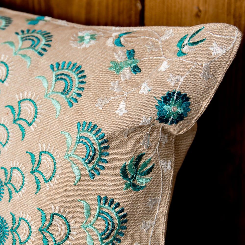 サンドベージュのマンダラクッションカバー 6 - 細部まで刺繍が施されています。