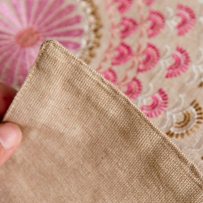 サンドベージュのマンダラクッションカバー 8 - 適度な厚みのあるコットン生地はとても丈夫です。