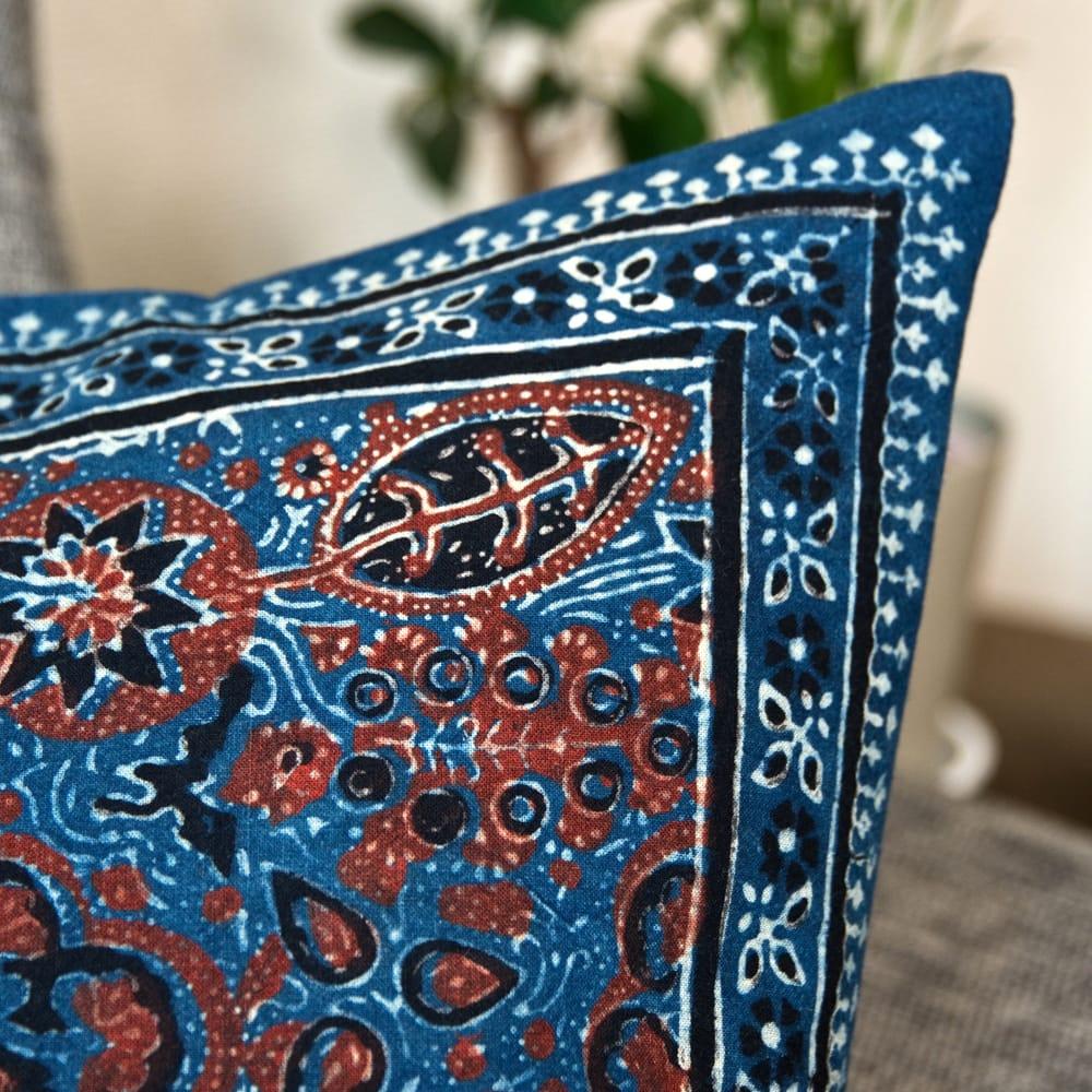 木版染めアジュラックの伝統模様クッションカバー ブルー 2 - 何度も染め抜かれた伝統模様がが美しいです。