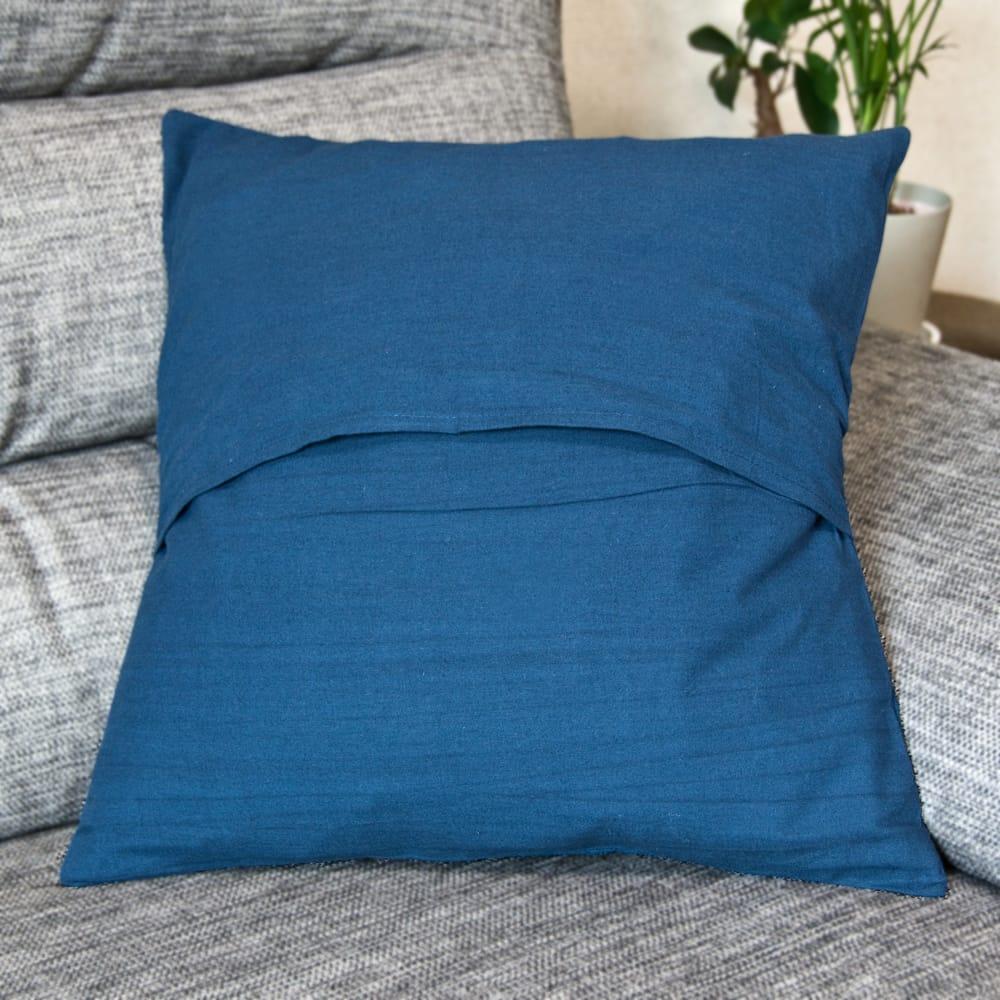 木版染めアジュラックの伝統模様クッションカバー ブルー 3 - 裏面はこの様な構造になっています。(写真は類似商品です。)