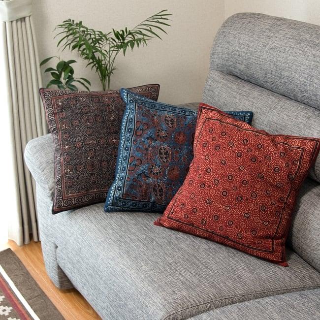 木版染めアジュラックの伝統模様クッションカバー ブルー 6 - どんなお部屋にもマッチするシックなデザイン。