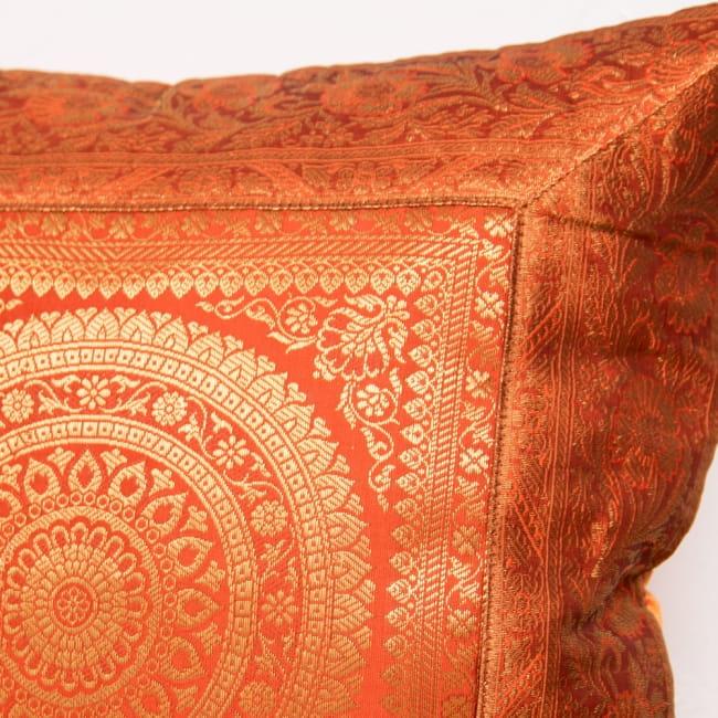 金糸入りのインド伝統柄クッションカバー 曼荼羅 2 - 金糸刺繍がとても美しく、華やかにお部屋を彩ります。