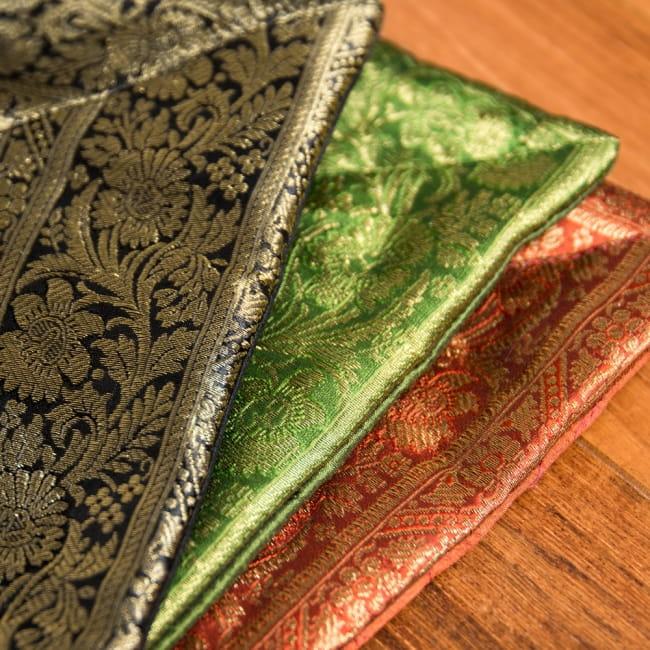 金糸入りのインド伝統柄クッションカバー 曼荼羅 3 - 光沢感がありゴージャスな印象です。