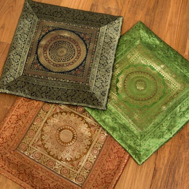 金糸入りのインド伝統柄クッションカバー 曼荼羅 4 - カラーやサイズによって曼荼羅模様も少しずつ異なるデザインとなっております。