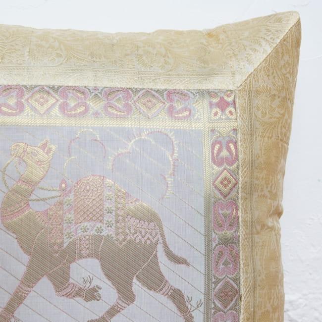 金糸入りのインド伝統柄クッションカバー 駱駝と孔雀 2 - 細部までゴージャスな印象です。