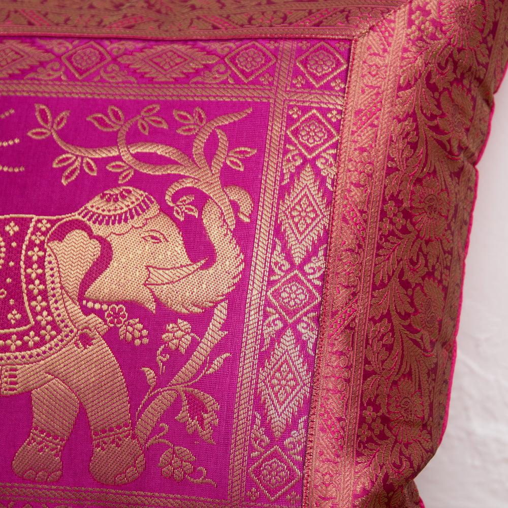 金糸入りのインド伝統柄クッションカバー象 12 - 細部まで細かく刺繍されています。