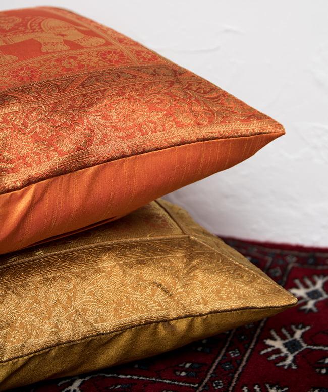 金糸入りのインド伝統柄クッションカバー象 13 - クッションフィラーを使用して程よいボリューム感です。