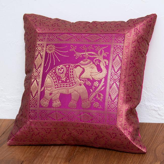 金糸入りのインド伝統柄クッションカバー象 2 - 金糸刺繍がとても美しく、華やかにお部屋を彩ります。選択1:ピンク-右向き