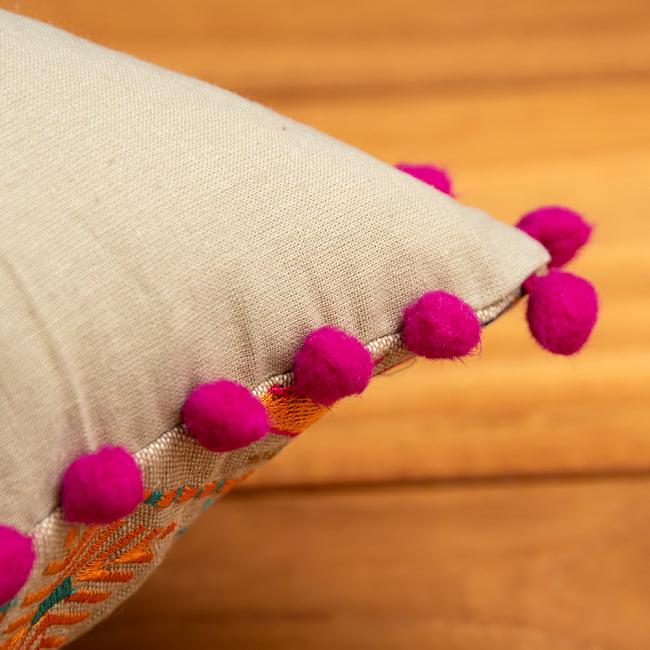 格子柄のコットンクッションカバー 7 - ポンポンがしっかりと縁に縫われています。