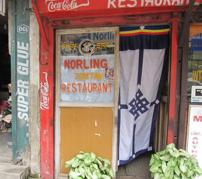 チベットのレストランのれん - 赤 7 - ネパールでは、こんな風に使用されています。