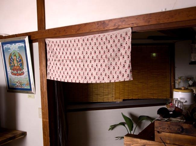 """インドのコットンカフェカーテン【花柄】 - 青&黄色系 5 - 柄違い品のカフェでの使用例です。ちょっとした目線隠しから、家具の本棚などに付けたりと使い勝手の良い品です。<br>ちなみに、隣に飾ってある素敵なタンカは、チベット仏画師である飯野博昭さんの作品です!オフィシャルページは<a href=""""http://www.tokyo-guesthouse.com/thangka/"""" target=""""_blank"""">こちら</a>です。"""