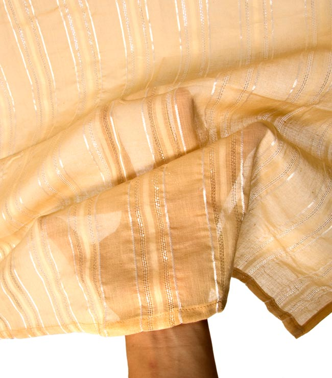 インドのコットンカフェカーテン【ラメライン入り】 - 黄土色 4 - 手に持ってみたところです。夜も照明越しの透け方が素敵ですよ!