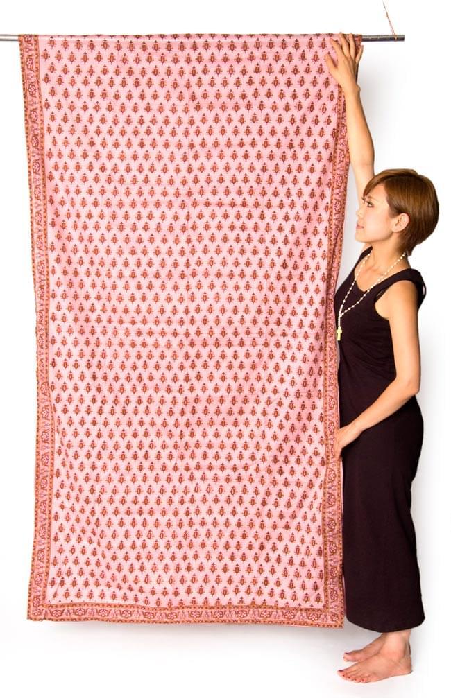 インドのコットンカーテン【花柄】 - 青&紫&黄色系の写真6 - サイズを感じていただくため、身長150cmのモデルさんに立ってもらいました。*(写真は柄違いのものになります。)