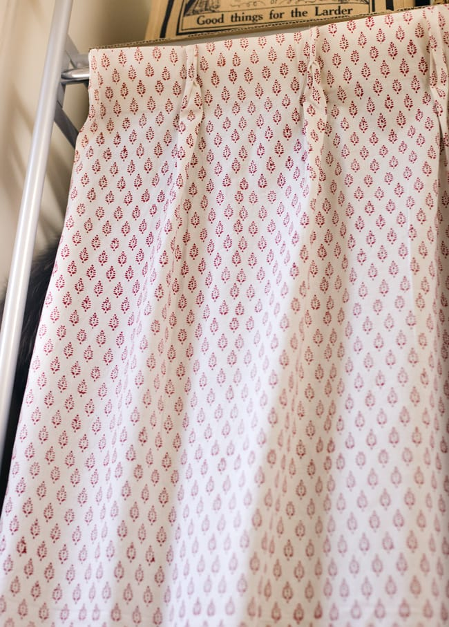 〔100cm×130cm〕インドの木版染め 手作りウッドブロックプリントのサフェードカーテン - 赤系 葉柄の写真3 - アジアンなお部屋から、洋風なテイストにもオススメです。一般的に販売されているカーテンフックで取り付けられるようになっています。