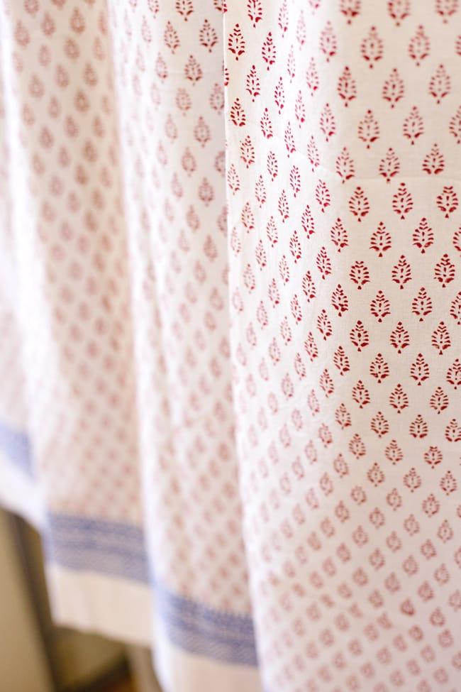 〔100cm×130cm〕インドの木版染め 手作りウッドブロックプリントのサフェードカーテン - 赤系 葉柄の写真5 - それぞれのデザインを彫った木版を、一の手で押していくので手間のかかる一品です。