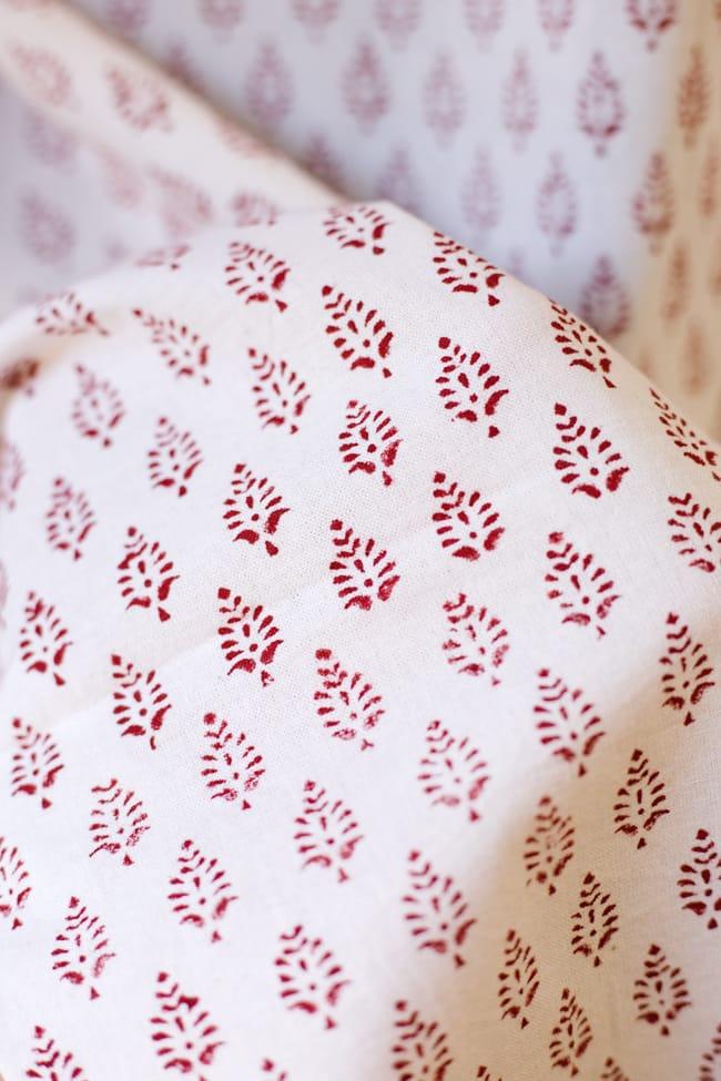 〔100cm×130cm〕インドの木版染め 手作りウッドブロックプリントのサフェードカーテン - 赤系 葉柄の写真6 - ハンドメイドだからこその若干のムラがあったり、機械には出せない温もりを感じられます。