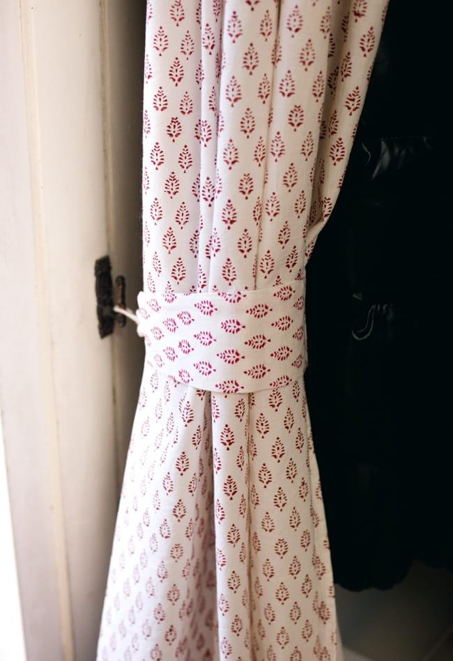 〔100cm×130cm〕インドの木版染め 手作りウッドブロックプリントのサフェードカーテン - 赤系 葉柄の写真7 - カーテンタッセル(カーテンを留める布)が付属いたしますので、このように綺麗にまとめておけます。
