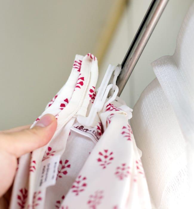 〔100cm×130cm〕インドの木版染め 手作りウッドブロックプリントのサフェードカーテン - 赤系 葉柄の写真9 - 取付は一般的なカーテンフックでつけることができます。*フックは付属いたしません。あまり太いタイプだと入りにくい場合がございます。