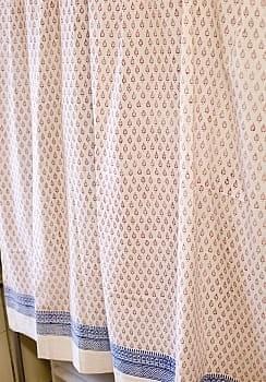 〔100cm×130cm〕インドの木版染め 手作りウッドブロックプリントのサフェードカーテン - 赤系 葉柄