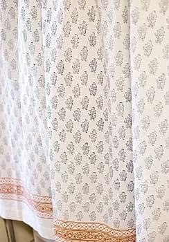 〔100cm×130cm〕インドの木版染め 手作りウッドブロックプリントのサフェードカーテン - 紺系 花柄