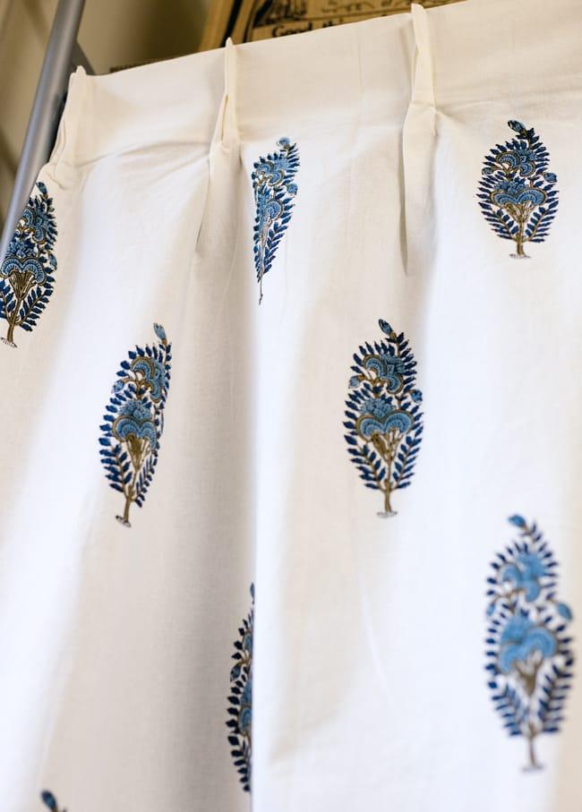 〔100cm×130cm〕インドの木版染め 手作りウッドブロックプリントのサフェードカーテン - 青系 ボタニカル柄の写真3 - アジアンなお部屋から、洋風なテイストにもオススメです。一般的に販売されているカーテンフックで取り付けられるようになっています。