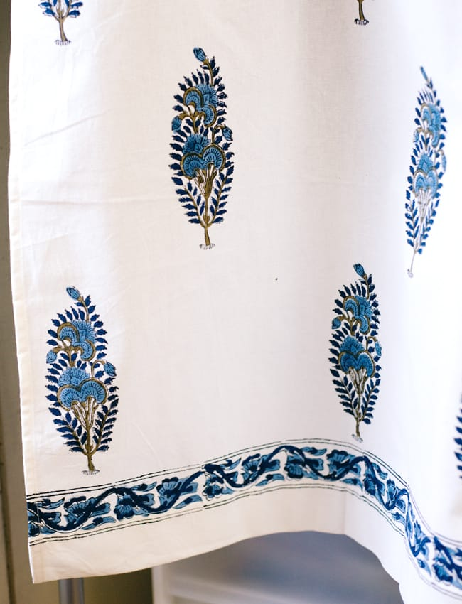 〔100cm×130cm〕インドの木版染め 手作りウッドブロックプリントのサフェードカーテン - 青系 ボタニカル柄の写真4 - 下部はこのようになっております