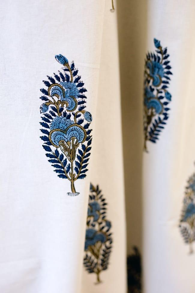 〔100cm×130cm〕インドの木版染め 手作りウッドブロックプリントのサフェードカーテン - 青系 ボタニカル柄の写真5 - それぞれのデザインを彫った木版を、一の手で押していくので手間のかかる一品です。