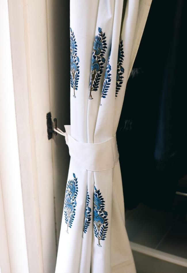 〔100cm×130cm〕インドの木版染め 手作りウッドブロックプリントのサフェードカーテン - 青系 ボタニカル柄の写真7 - カーテンタッセル(カーテンを留める布)が付属いたしますので、このように綺麗にまとめておけます。