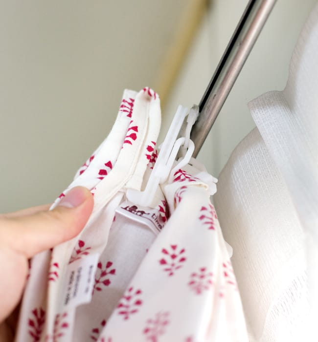 〔100cm×130cm〕インドの木版染め 手作りウッドブロックプリントのサフェードカーテン - 青系 ボタニカル柄の写真9 - 取付は一般的なカーテンフックでつけることができます。*フックは付属いたしません。あまり太いタイプだと入りにくい場合がございます。