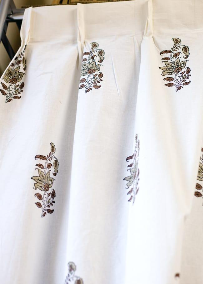 〔100cm×130cm〕インドの木版染め 手作りウッドブロックプリントのサフェードカーテン - 茶系 ボタニカル柄 3 - アジアンなお部屋から、洋風なテイストにもオススメです。一般的に販売されているカーテンフックで取り付けられるようになっています。