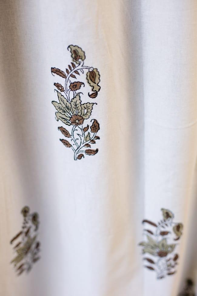 〔100cm×130cm〕インドの木版染め 手作りウッドブロックプリントのサフェードカーテン - 茶系 ボタニカル柄 5 - それぞれのデザインを彫った木版を、一の手で押していくので手間のかかる一品です。