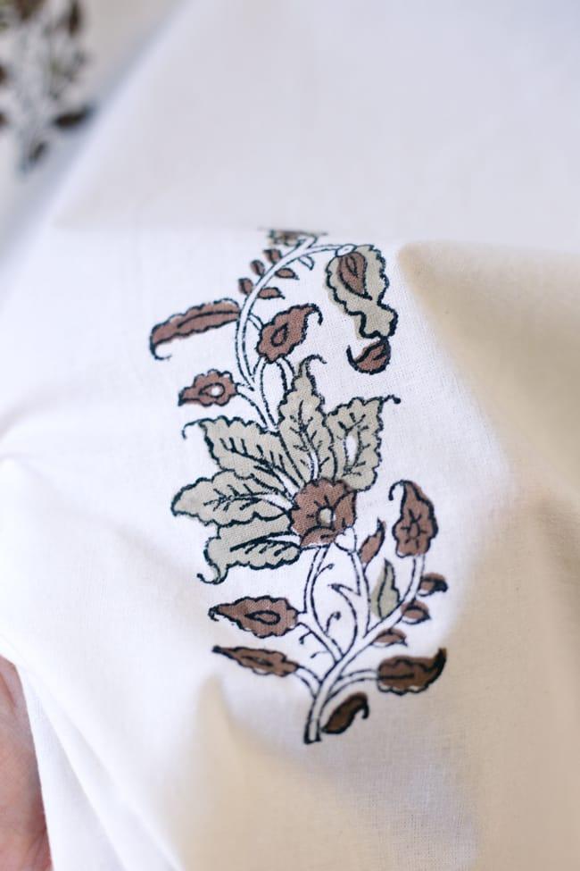 〔100cm×130cm〕インドの木版染め 手作りウッドブロックプリントのサフェードカーテン - 茶系 ボタニカル柄 6 - ハンドメイドだからこその若干のムラがあったり、機械には出せない温もりを感じられます。