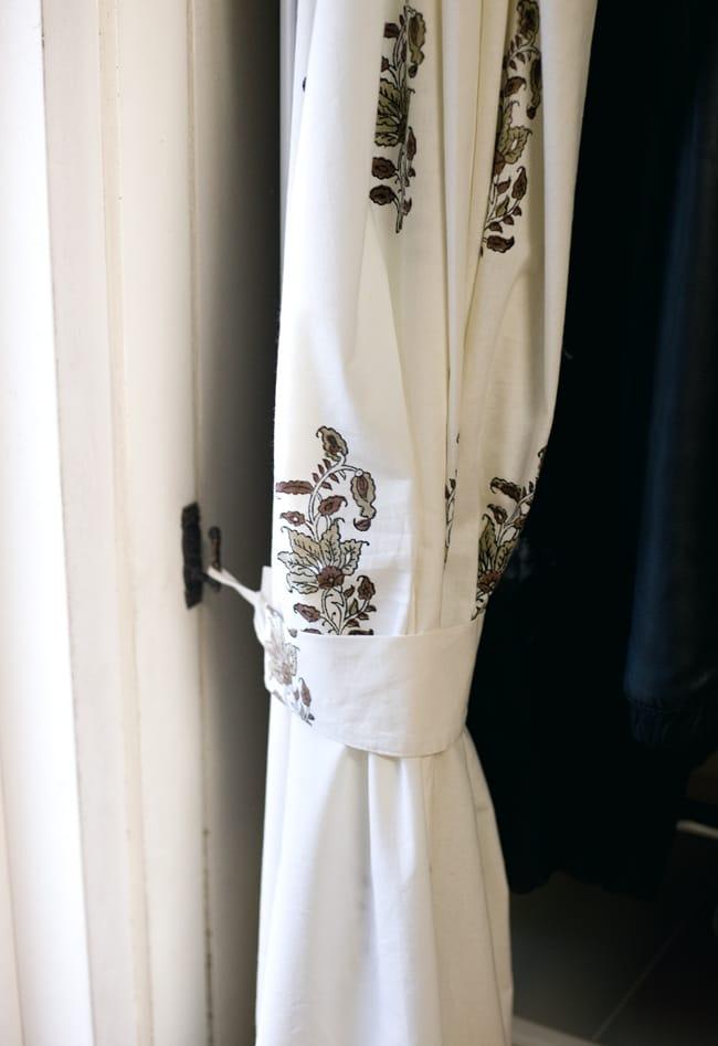 〔100cm×130cm〕インドの木版染め 手作りウッドブロックプリントのサフェードカーテン - 茶系 ボタニカル柄 7 - カーテンタッセル(カーテンを留める布)が付属いたしますので、このように綺麗にまとめておけます。