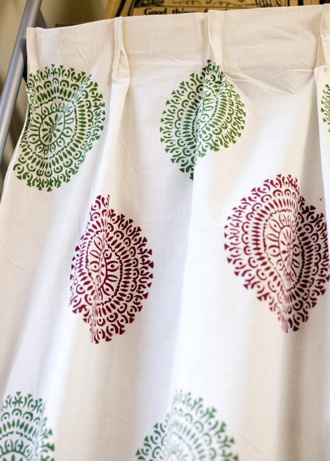 〔100cm×130cm〕インドの木版染め 手作りウッドブロックプリントのサフェードカーテン - 緑×ワイン系 ランゴリ柄の写真3 - アジアンなお部屋から、洋風なテイストにもオススメです。一般的に販売されているカーテンフックで取り付けられるようになっています。