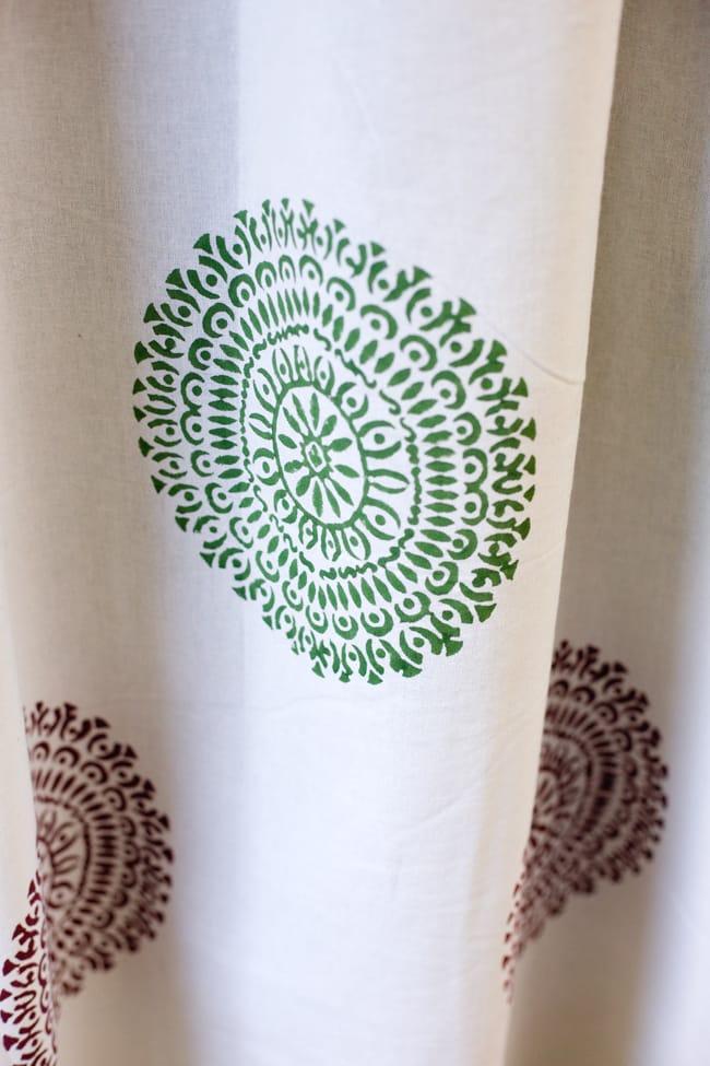 〔100cm×130cm〕インドの木版染め 手作りウッドブロックプリントのサフェードカーテン - 緑×ワイン系 ランゴリ柄の写真5 - それぞれのデザインを彫った木版を、一の手で押していくので手間のかかる一品です。