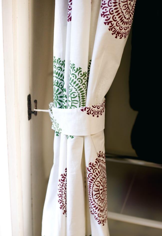〔100cm×130cm〕インドの木版染め 手作りウッドブロックプリントのサフェードカーテン - 緑×ワイン系 ランゴリ柄の写真7 - カーテンタッセル(カーテンを留める布)が付属いたしますので、このように綺麗にまとめておけます。