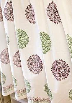〔100cm×130cm〕インドの木版染め 手作りウッドブロックプリントのサフェードカーテン - 緑×ワイン系 ランゴリ柄