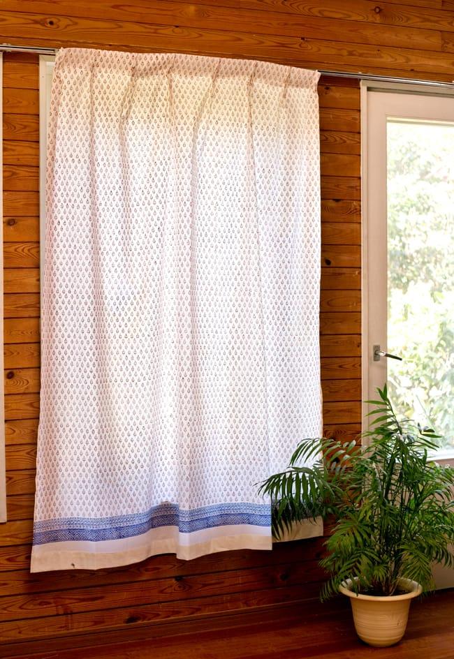 〔100cm×176cm〕インドの木版染め 手作りウッドブロックプリントのホワイトカーテン - 赤系 葉柄 2 - アジアンな雰囲気がありつつ爽やかで落ち着いていて、南仏・プロヴァンスのようなテイストも感じさせます。